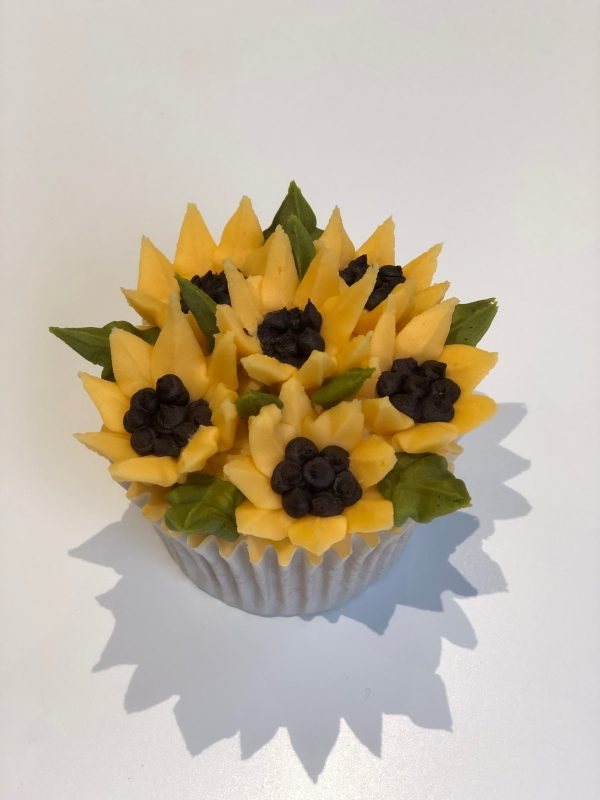 how to pipe buttercream frosting sunflowers, how to make mini sunflower cupcakes