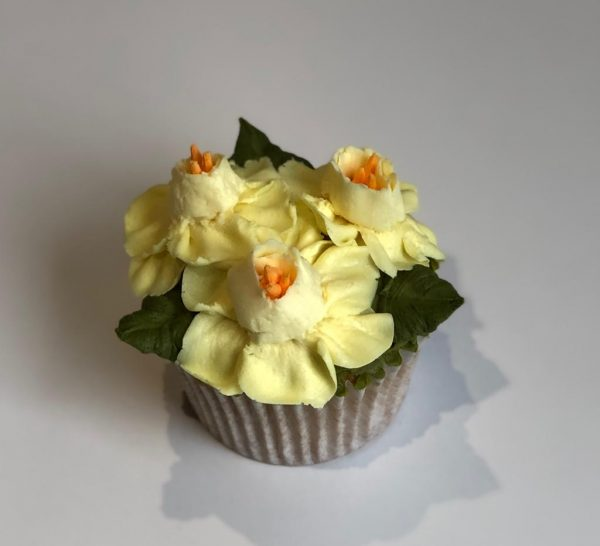 how to pipe a buttercream frosting daffodils, taylor made cake courses