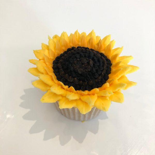 buttercream frosting flowers, buttercream flower tutorial, buttercream frosting sunflower