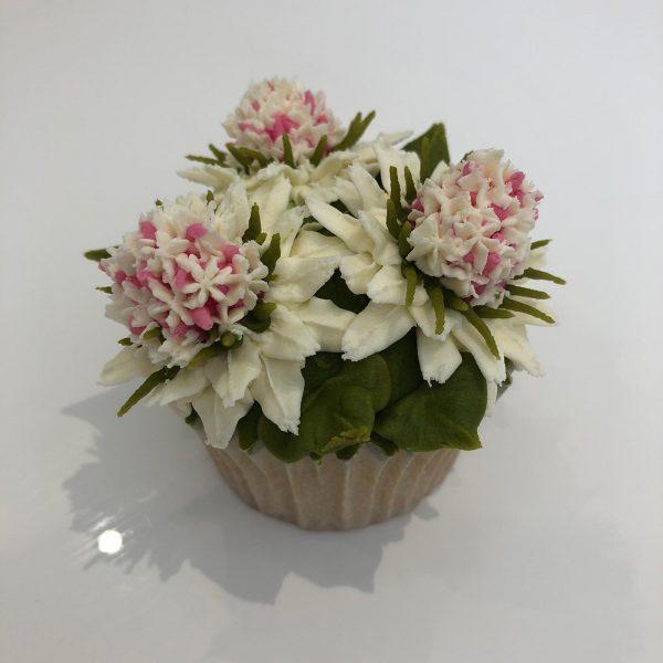 buttercream flower tutorials, how to pipe buttercream flowers, how to make buttercream frosting flowers